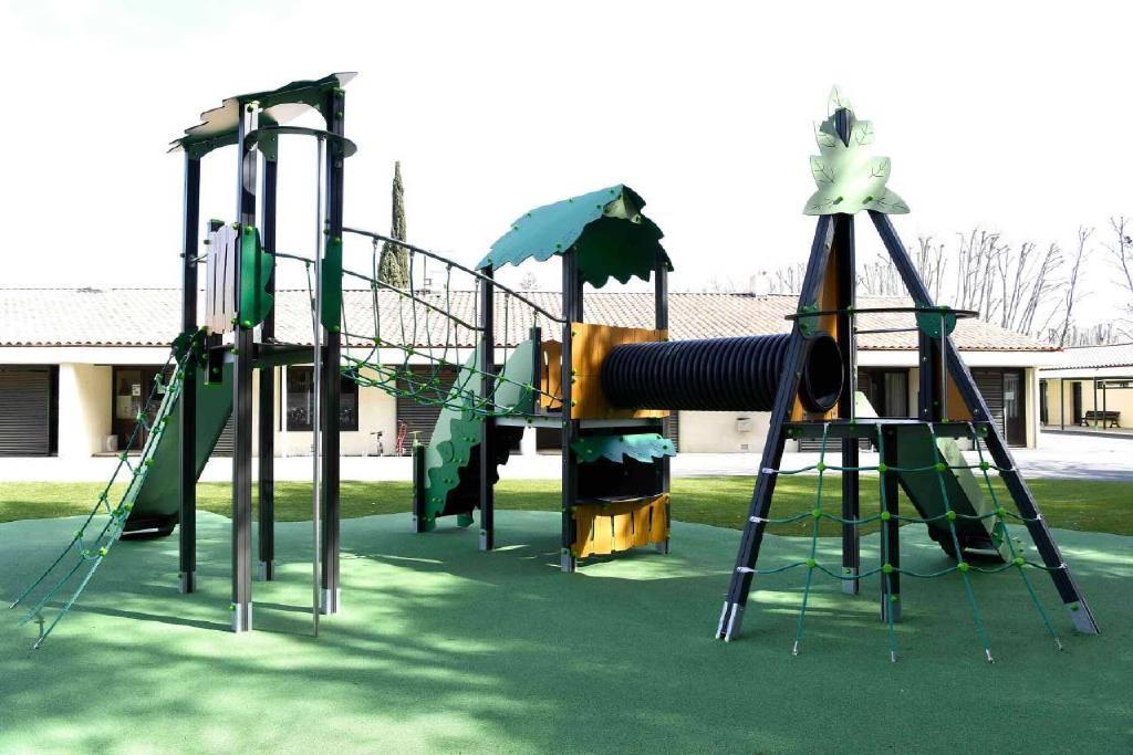 Aire de jeux accessible PMR, sur sol souple et gazon synthétique