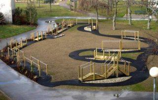 Espace extérieur parcours psychomoteur pour jardin thérapeutique EHPAD