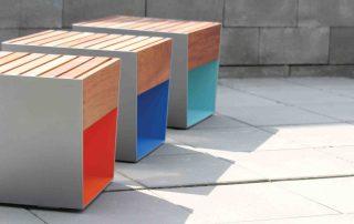 Tabourets en lames de bois, structure acier, personnalisables.