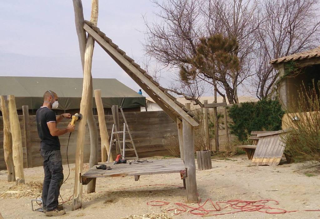 Ponçage d'une structure en bois de robinier